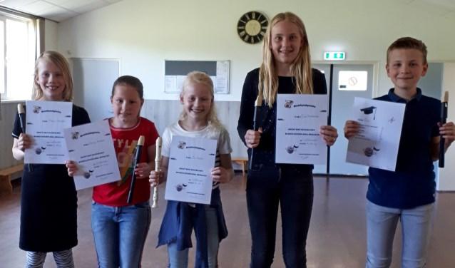 Blokfluitleerlingen Successchool 3.0, Marrit Scheffer, Karlijn Kroezen, Evi Reerink, Eva Heinemans en Luuk Reerink met hun behaalde diploma's. Foto: PR