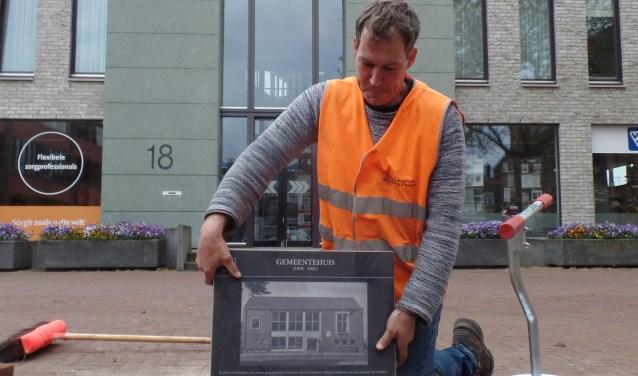 Een van de eerste tegels die Roy Leverink uit Eibergen in opdracht van de gemeente Berkelland en Old Reurle in de Ruurlose stoep legde was die met de afbeelding van het voormalige gemeentehuis van de gemeente Ruurlo op het Kerkplein. Foto: Jan Hendriksen
