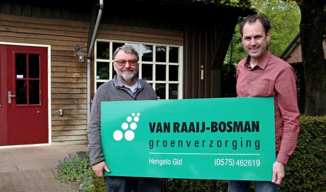 Jan Bosman (l.) en Maarten van Raaij bij het kantoor van Van Raaij-Bosman groenverzorging. Foto: Liesbeth Spaansen