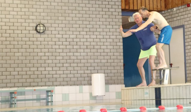 Wim Kleinhesselink met zijn trainer Boudewijn Inja in het zwembad, om te trainen voor de Unieke Spelen en de triatlon. Foto: PR