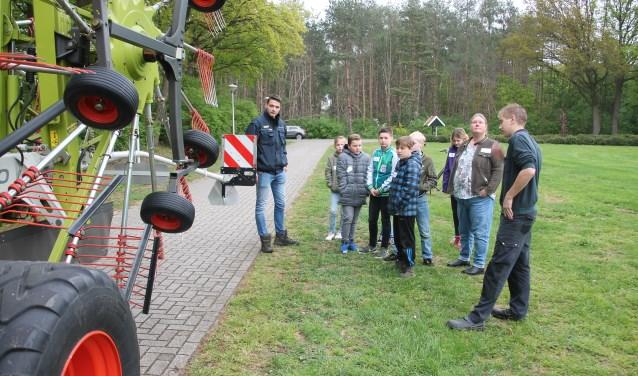 De medewerkers van CWV Barlo leggen uit hoe ze de scherpe pinnen afschermen met kunststof beschermstrips. Foto: Lydia ter Welle