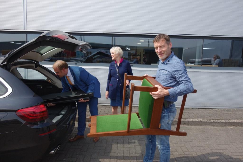 De stoel werd in de auto geladen. Foto: Clemens Bielen  © Achterhoek Nieuws b.v.
