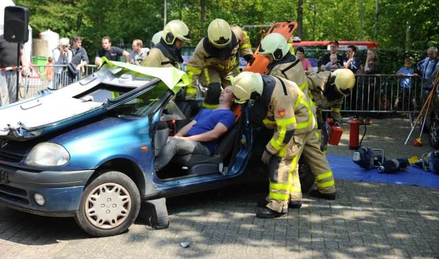 Vakkundig lieten de brandweermannen zien hoe een gewonde automobilist uit zijn auto werd bevrijd. Foto: Achterhoekfoto.nl/Paul Harmelink.