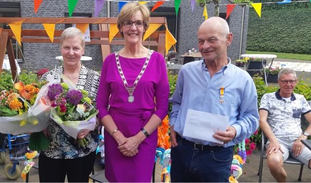 Rechts op de foto Fons Reinders, in het midden  burgemeester Annette Bronsvoort en links echtgenote Gemma van Fons Reinders. Foto: Ferry Broshuis