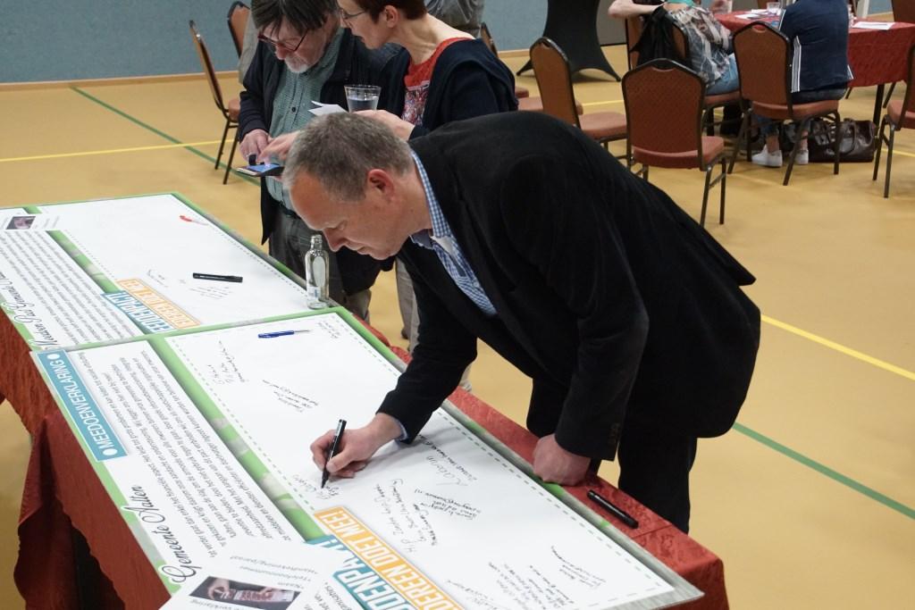 Eric Wichgers ondertekent namens Figulus Welzijn het Meedoenpact. Foto: Frank Vinkenvleugel  © Achterhoek Nieuws b.v.