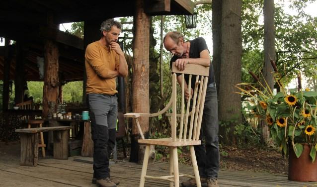 Daan de Leeuw (rechts) bespreekt met een cursist een stoel gemaakt van vers hout. Foto: PR