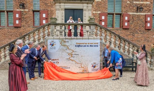 Onthulling van een bord met daarop de nieuwe Oranjefietsroute voor het bordes van kasteel Huis Bergh. Foto: PR