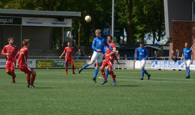 Kees Pluim van SDC Putten kopt de bal weg onder het toeziend oog van enkele AZSV-spelers. Foto: André Wamelink