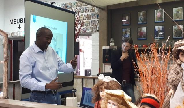 Edwin Onyancha en de tolk Iris. Foto: PR