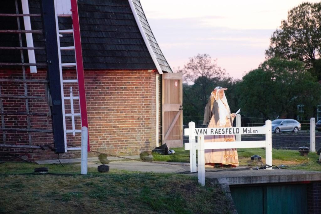 Vanaf de molen vertelt Hermien haar levensverhaal. Foto: Annekée Cuppers  © Achterhoek Nieuws b.v.