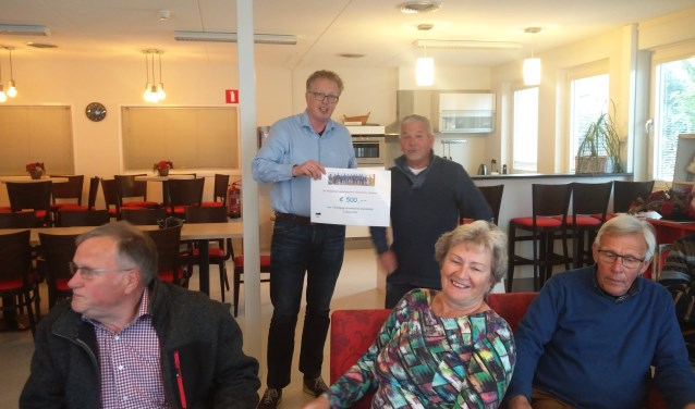 Gerrit Rensink overhandigt de cheque aan Alex Arentsen (links). Foto: Rob Stevens