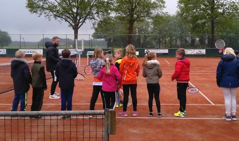 Onder leiding van de trainers Stijn Koolschijn en Marc Sprenkeler van Tennisvereniging Ruurlo  hebben de kinderen mee gedaan met allerlei Tenniskids oefeningen. Foto: PR.