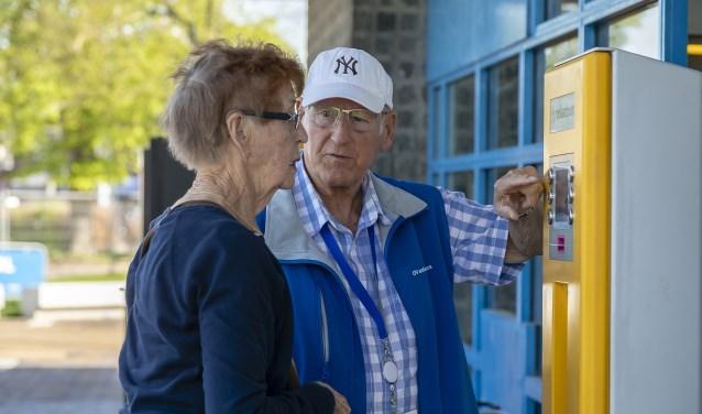 Tijdens de proefreis laten OV-ambassadeurs senioren oefenen met het reizen met bus en trein. Foto: PR