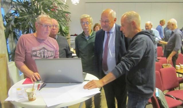 Ook wethouder Martin Veldhuizen discussieerde mee. Foto: Bernhard Harfsterkamp