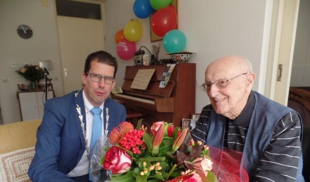 Nog dagelijks speelt de honderdjarige Gerard ten Broek op zijn piano. Foto: Jan Hendriksen.