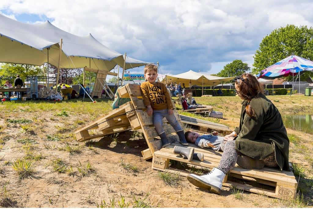 Heerlijk relaxed de kleine verschonen tijdens het Hootchie Koe Festival in Varsseveld. Foto: Henk van Raaij Foto: Henk van Raaij © Achterhoek Nieuws b.v.