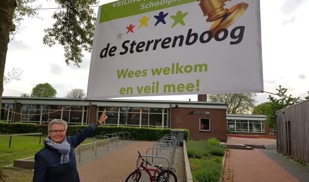 Directrice van de Sterrenboog Marie-José Koster voor de school, onder het veilingdoek. Foto: Henri Walterbos