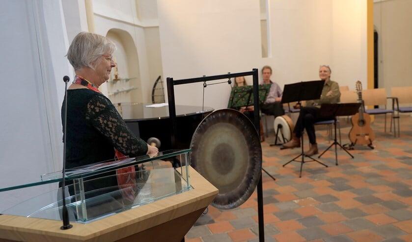 Josan Meijers opent met een slag op de gong de expositie. Foto: Henk Viscaal