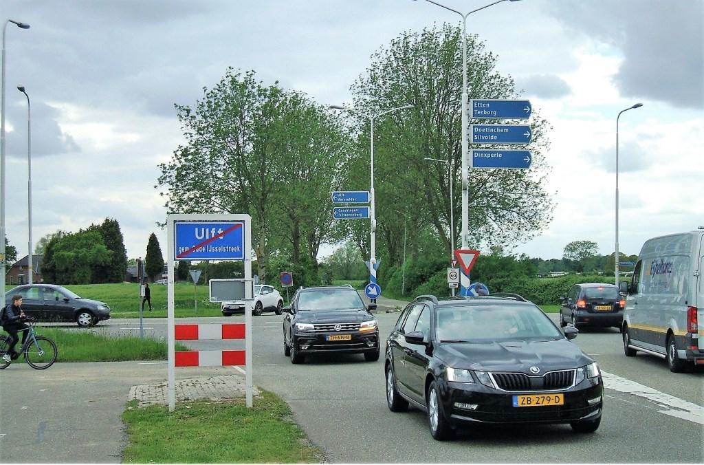 De oversteek bij Landwinkel Luemes, de voorgestelde nieuwe ontsluitingsroute van Varsselder. Foto: Reinier Kroesen  © Achterhoek Nieuws b.v.