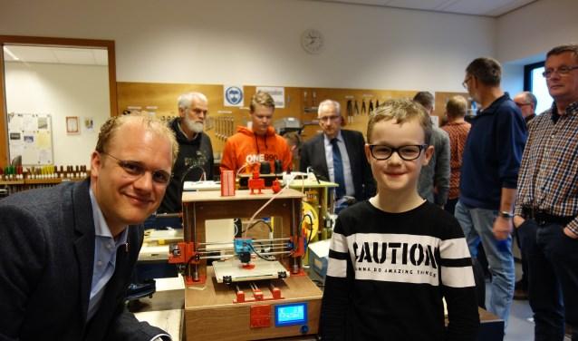 Burgemeester Bengevoord met Kevin Rootinck. Op de achtergrond links: de oudste deelnemer (70) en rechts met das: Hans Bax (WIC). Foto: Clemens Bielen