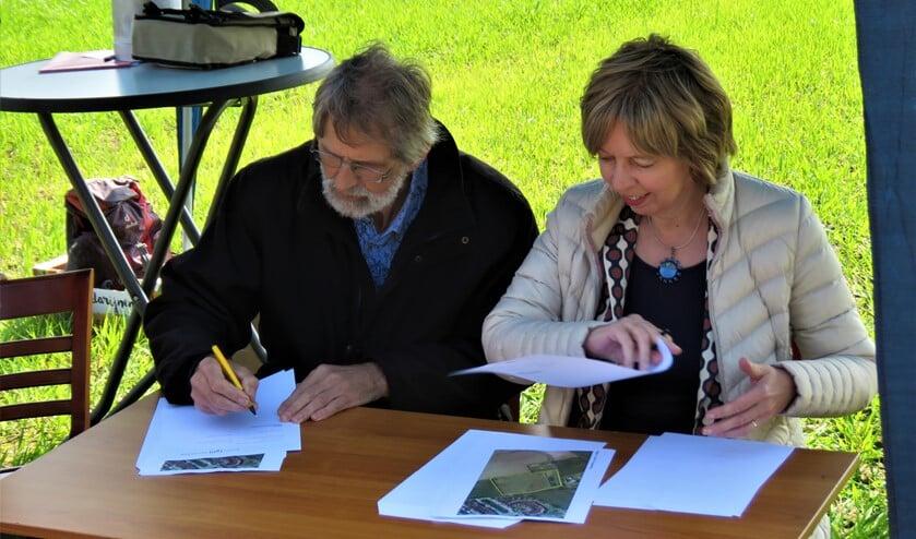 Wim Beijer en Ingrid Lambregts bij het ondertekenen van de samenwerkingsovereenkomst. Foto: Bert Vinkenborg