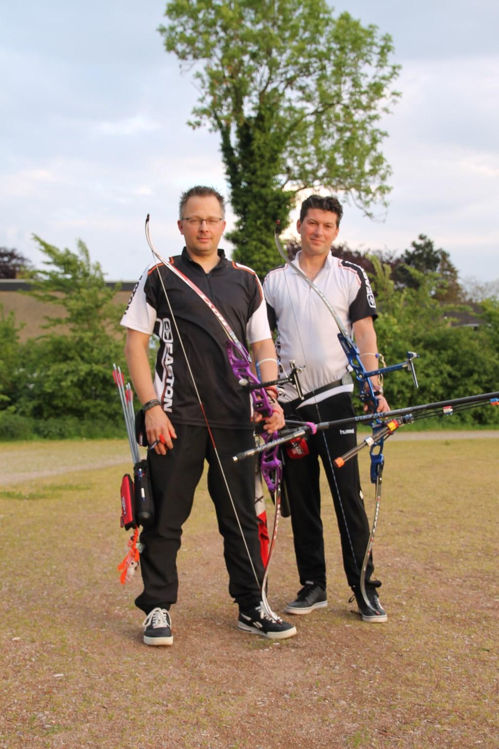 Mike Reukers (links) en Pascal Koolhof willen het wereldrecord handboogschieten verbeteren. Foto: Annekée Cuppers  © Achterhoek Nieuws b.v.