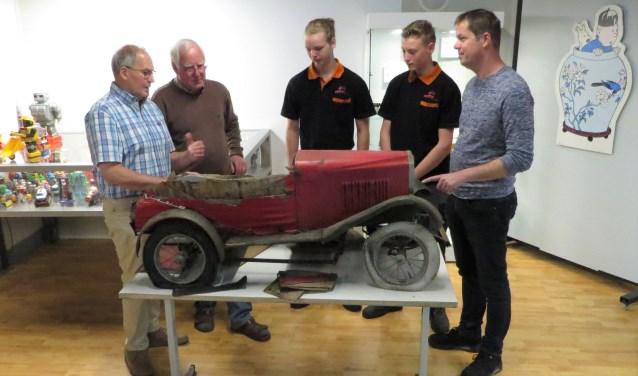 De te restaureren trapauto, type Vauxhall, met (vlnr) Dick Chargois, Jan Messink, Jesse Jaaltink, Ruben Dey en Tonny te Winkel. Foto: Josée Gruwel