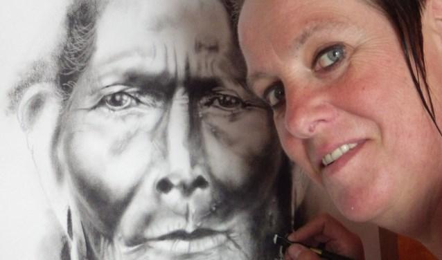 Hilda Haselberg bij een schilderij van haar hand. Foto: PR