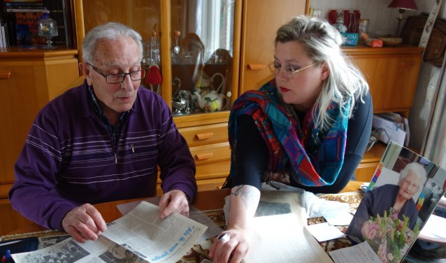Pleun Kruidenier met Nicole Rouwmaat met foto van zijn overleden vrouw. Foto: Clemens Bielen