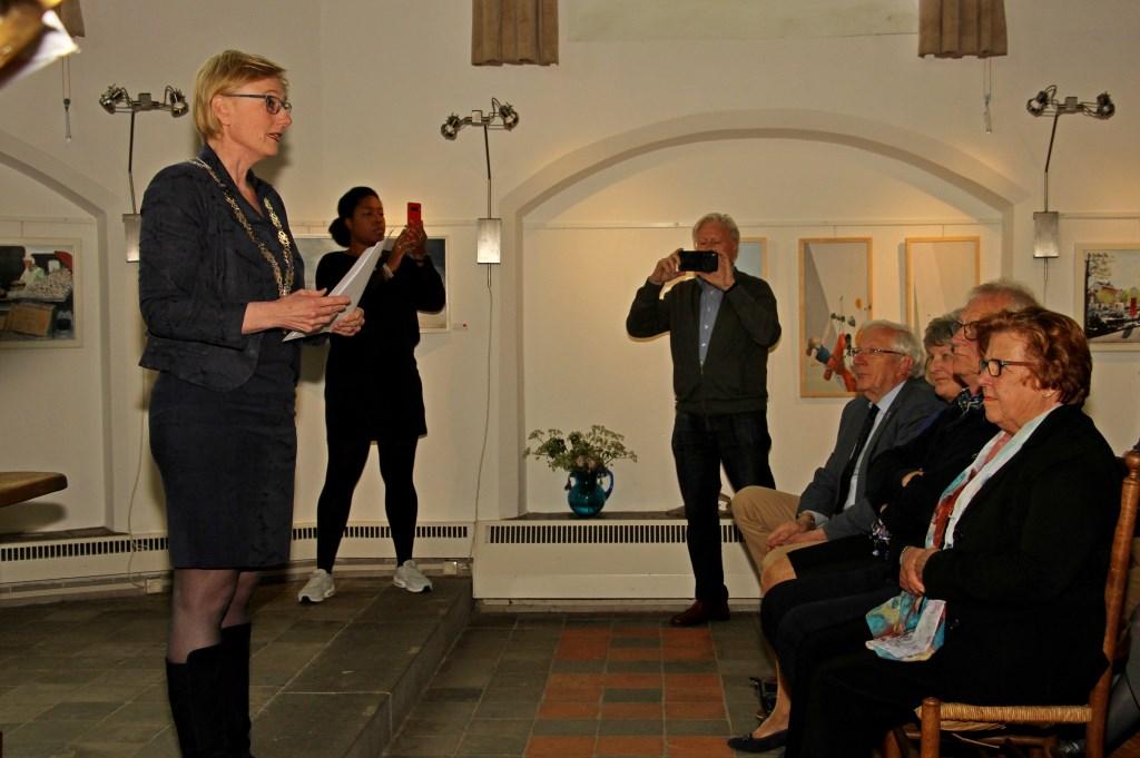 Burgemeester Besselink feliciteert de 45-jarige SOGK. Foto: Liesbeth Spaansen  © Achterhoek Nieuws b.v.