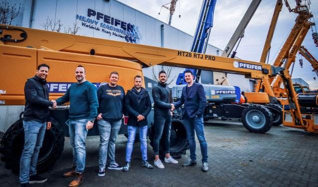 Het begin van een veelbelovende samenwerking.  V.l.n.r Ralph Koehorst (directielid Pfeifer Rentals), Martijn Klein Brinke (voorzitter Reurpop), Len Sprukkelhorst (bestuurslid Reurpop), Stein Reulink (bestuurslid Reurpop), Niek Sprukkelhorst (sponsorcommissie Reurpop) en Wesley Helmers (manager Pfe