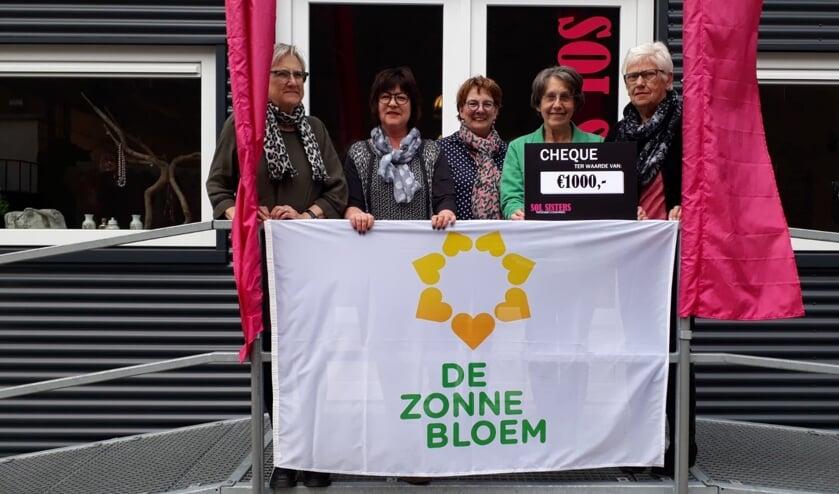 De SOL Sisters hebben een mooie cheque voor de Zonnebloem Harreveld. Foto: eigen foto