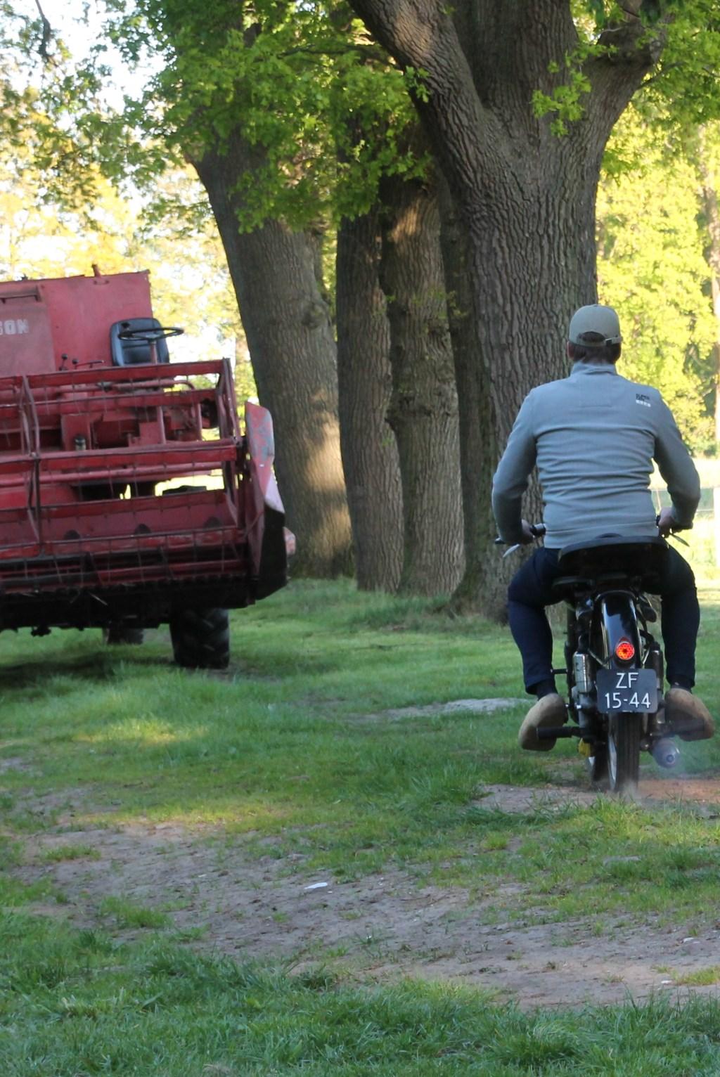 De combine staat klaar, de motor rijdt. Foto: Lydia ter Welle  © Achterhoek Nieuws b.v.