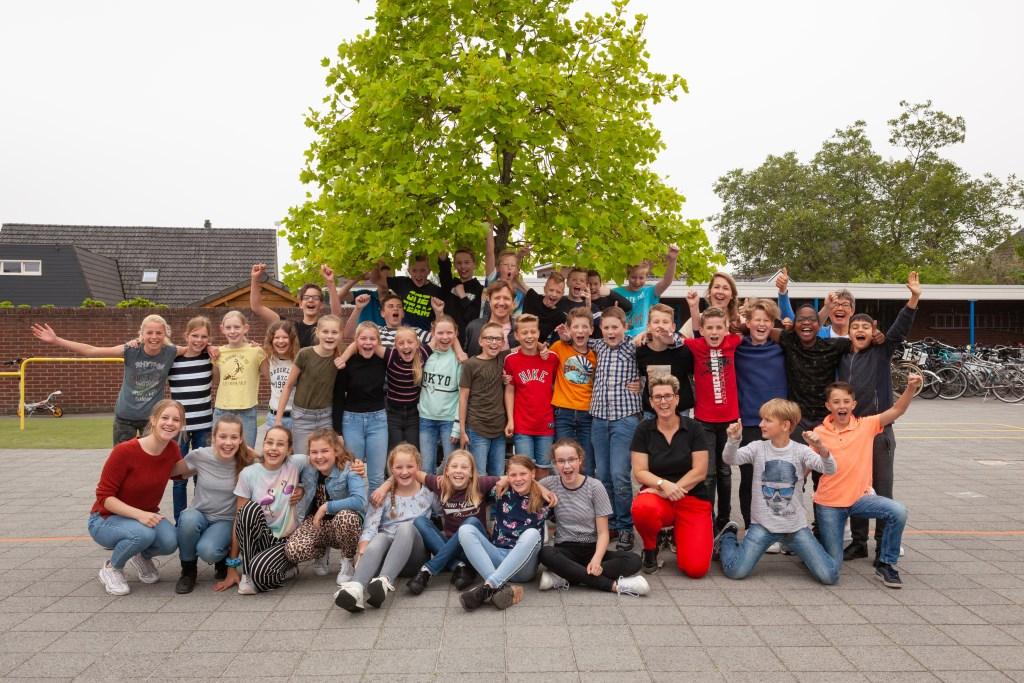 Klaas van Kruistum te midden van de leerlingen van groep 8a van de Groen. Foto: PR  © Achterhoek Nieuws b.v.