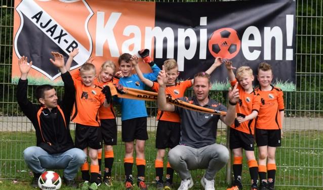 Het jonge Ajax-team dat kampioen werd. Foto: PR