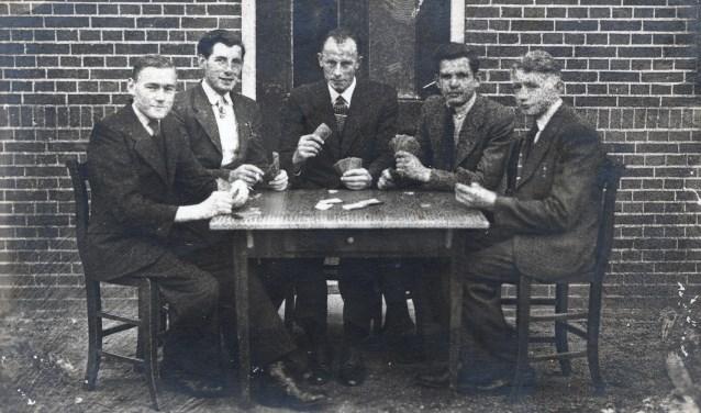 Wie zijn deze kaartende heren? Foto: Oudvragender.nl