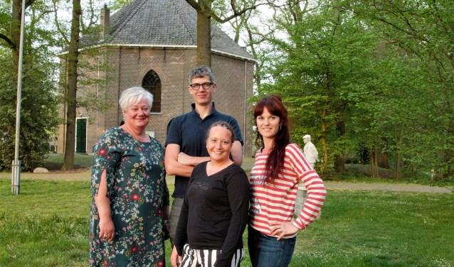 Initiatiefneemster Pauline van Veen (links) met andere betrokkenen bij de Kluntjespot in Haarlo. Foto: PR
