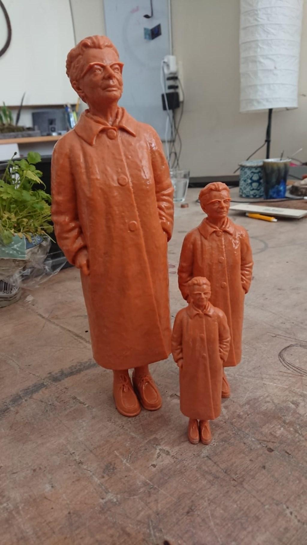 Ida Gerhardt in één van de stadia van het proces tot miniatuurbeeldje. De beeldjes worden uiteindelijk bronskleurig. Foto: Herma Schellingerhoudt  © Achterhoek Nieuws b.v.