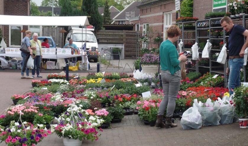 De bloemenhandelaar had nog steeds een goede 'handel' tijdens de Meimarkt. Foto: Jan Hendriksen.