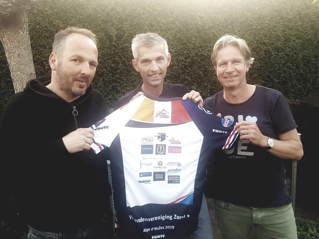 Vlnr. Ivo Versteegen, Koen Wissink en Ronald Buesink gaan samen met 7 vrienden deelnemen aan de Alpe d'Huzes. foto: Kyra Broshuis