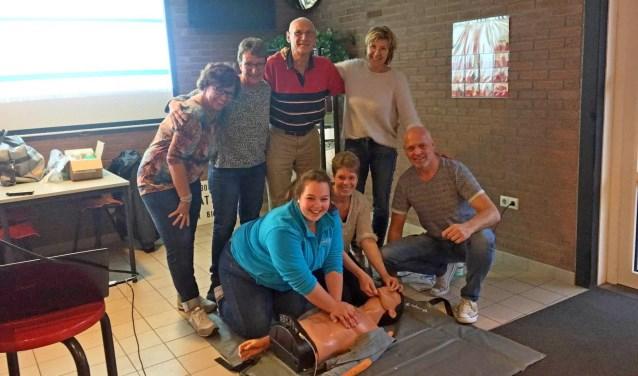 Vrijwilligers van zwembad Het Elderink volgden de herhalingcursus reanimatie/AED van Marcel Willemsen. Foto: PR