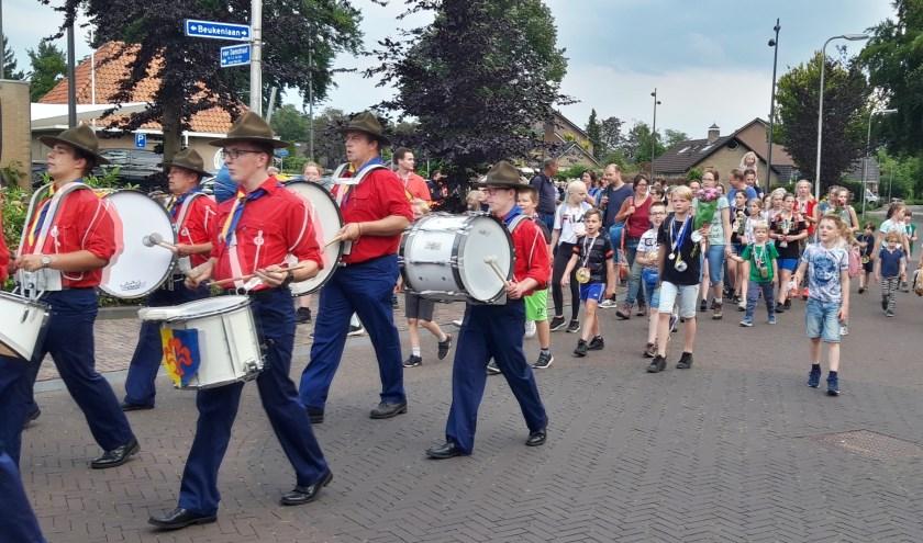 Met slagwerkinstrumenten door De Graaf Otto Band uit Lochem werd de wandel intocht muzikaal opgeluisterd..Foto: PR