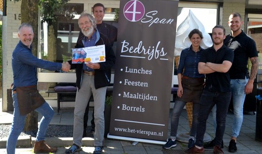 Het eerste lot van de Zonnebloemloterij voor de eigenaren van 't Vierspan. Foto: Jaime Lebbink