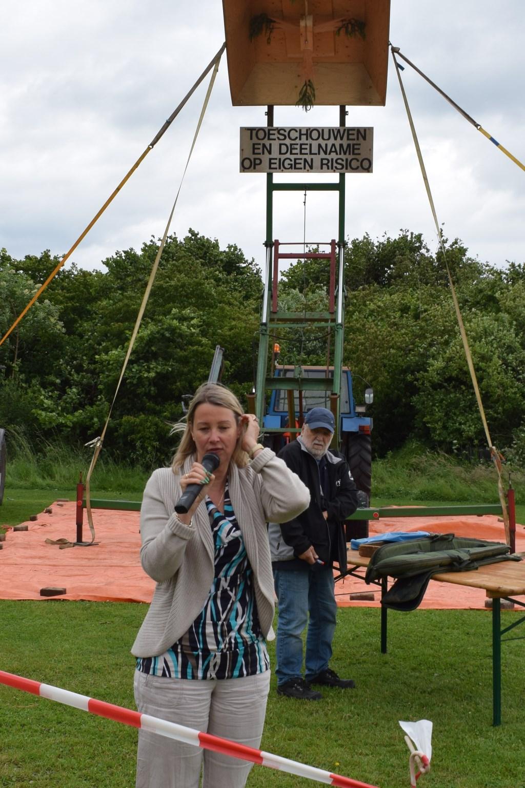 Laura werger spreekt de feestgangers toe voor de start van het vogelschieten. Foto: Ineke Hissink  © Achterhoek Nieuws b.v.