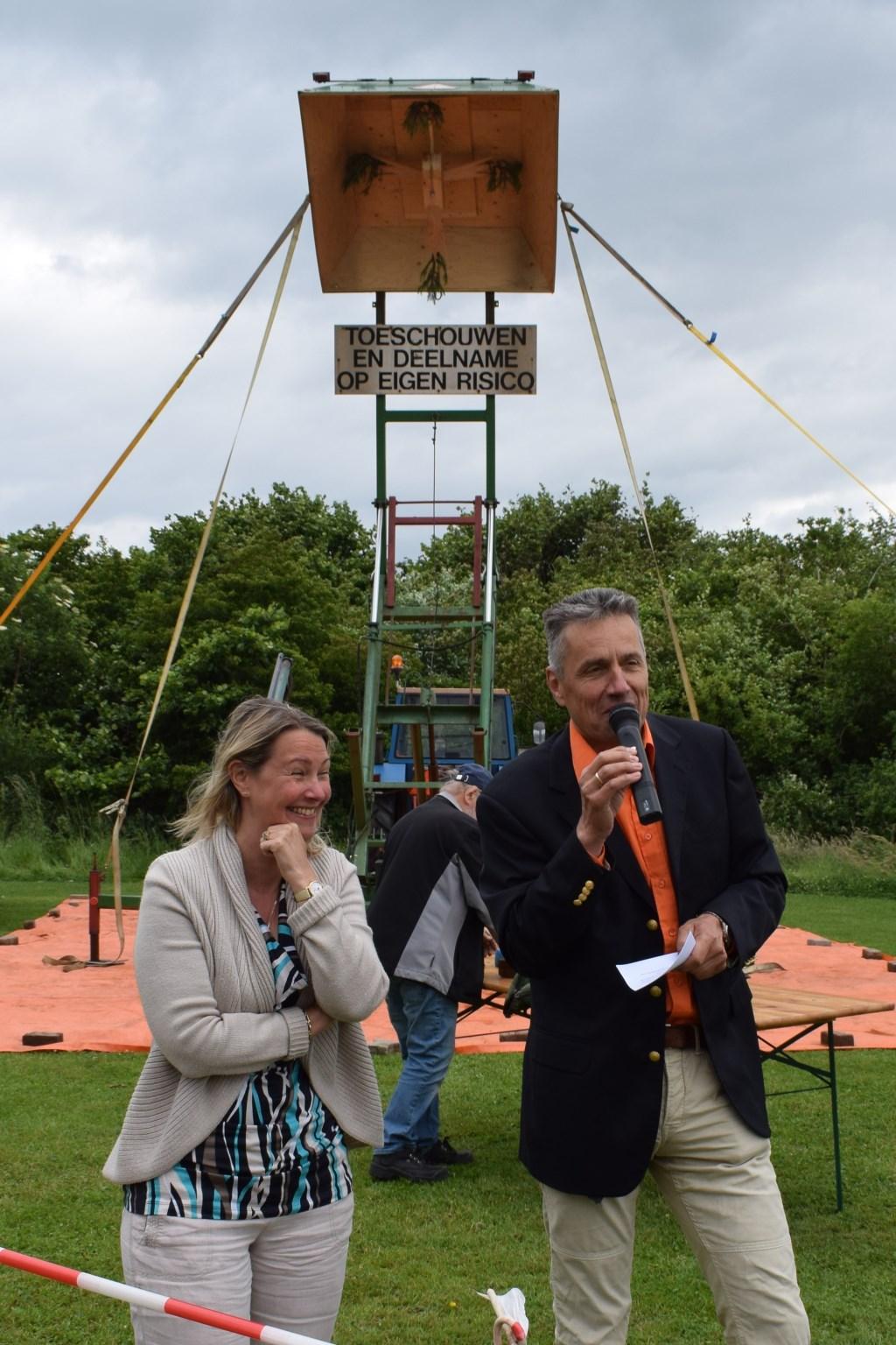 Laura Werger wordt verwelkomd door de voorzitter. Foto: Ineke Hissink  © Achterhoek Nieuws b.v.