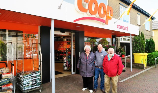 COOP-ondernemer Nico Tromp (midden) samen met Jan en Diny Bouwmeesters. Foto: Theo Huijskes