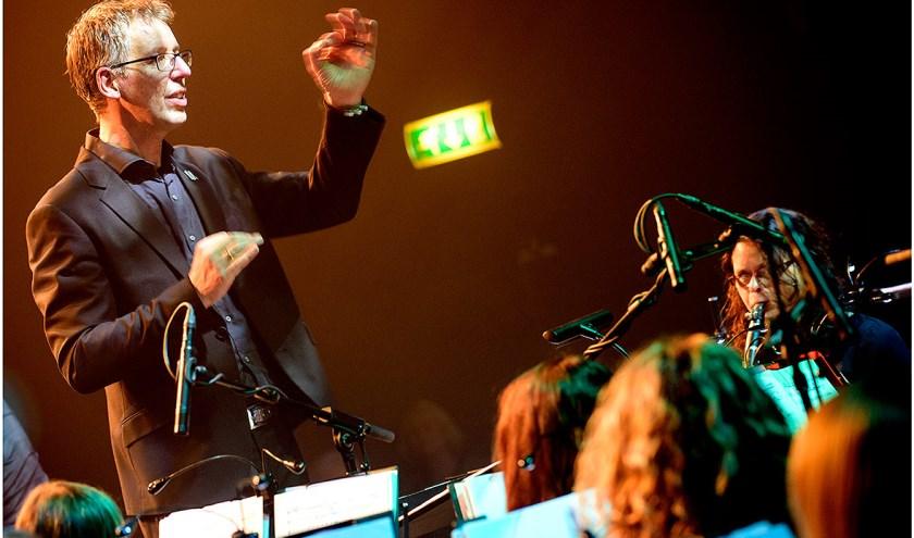 Dirigent Henk-Jan Heijnen van het A-orkest van Harmonie Ulft en is gemaakt tijdens het Top2000 concert in 2016. Foto: René Moorman