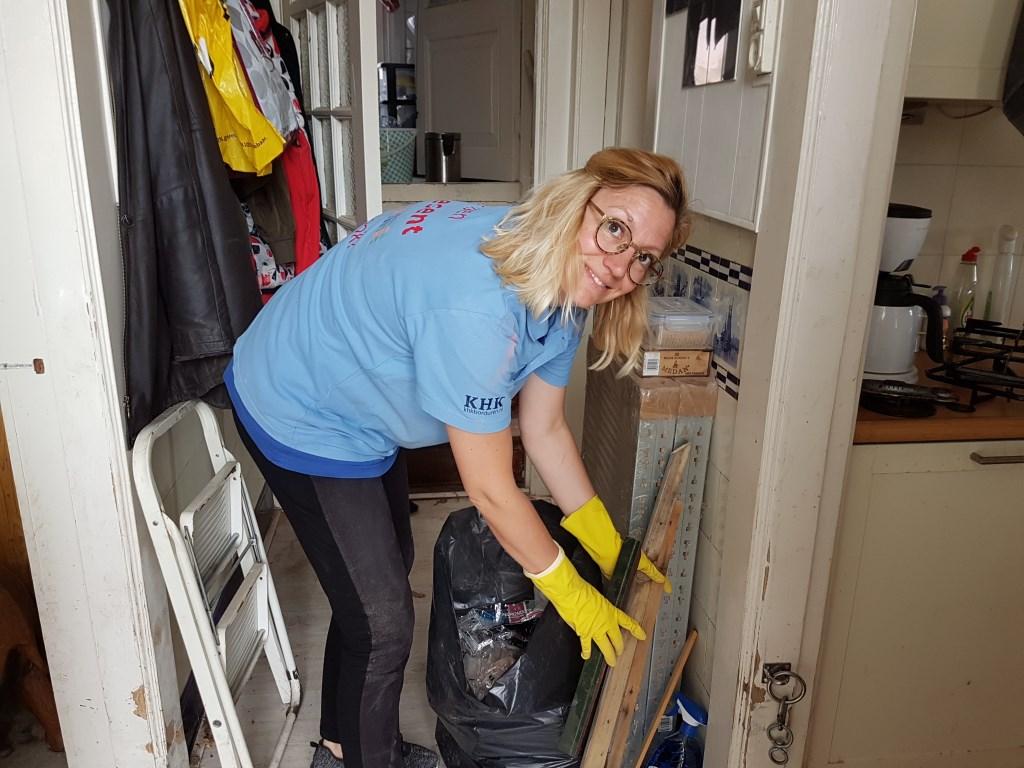 Een medewerker van Present is druk bezig met opruimen en schoonmaken. Foto: Present Winterswijk Foto: Present Winterswijk © Achterhoek Nieuws b.v.