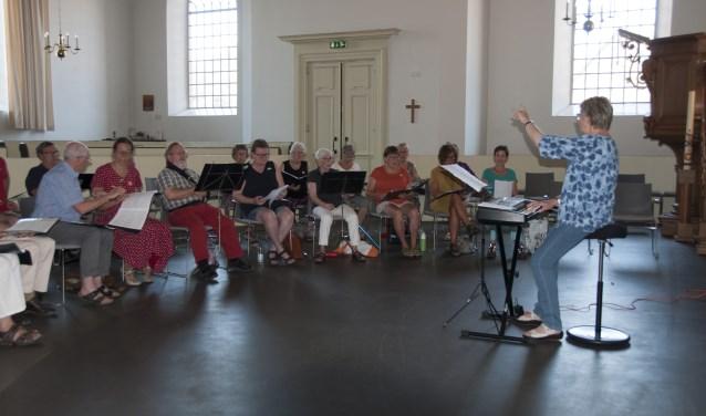 Tijdens de zangweek wordt geoefend onder leiding van Dineke de Roo. Foto: Tjeerd Visser