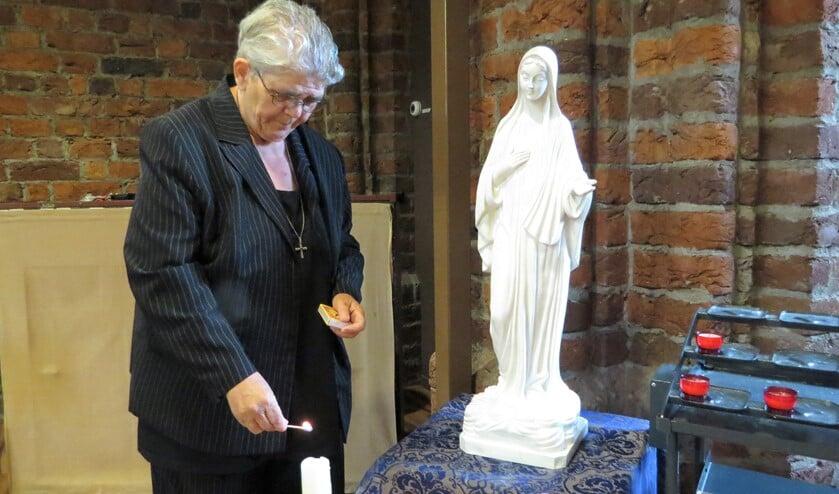 Pastoraal werker Mia Tankink laat de kaars bij het Mariabeeld graag branden. Foto: Josée Gruwel